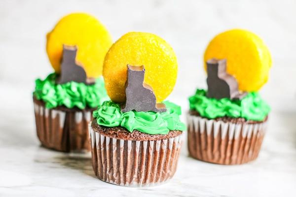 Black cat moon cupcakes