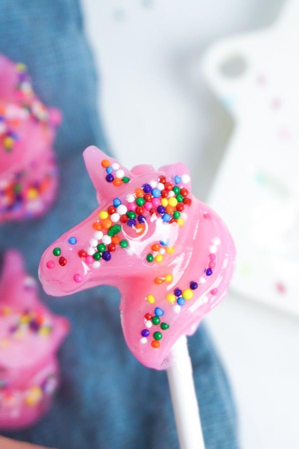 DIY Unicorn lollipops. Lollipop favors for a unicorn party!