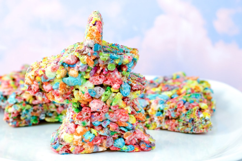 Unicorn Rice crispy treats! An easy and fast unicorn themed treat for a birthday party!