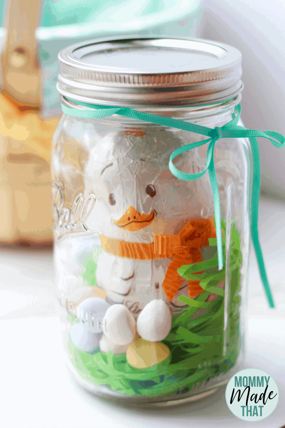 Chocolate Easter chick in a mason jar. Such a cute Easter Mason Jar craft. These would make such cute easter centerpieces or look amazing in an easter basket!