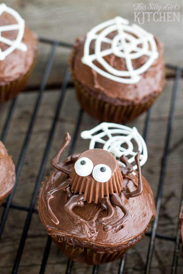 halloween candy spider cupcakes