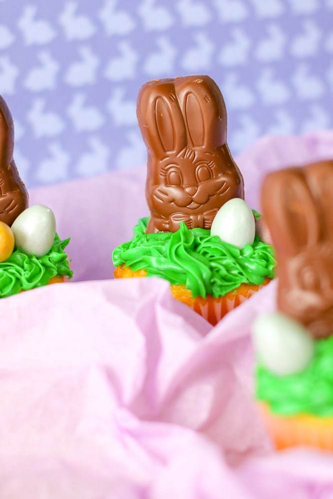 East Easter cupcake decorating ideas. This Chocolate Easter bunny cupcake is so simple to make and looks like so much fun on your Easter table!