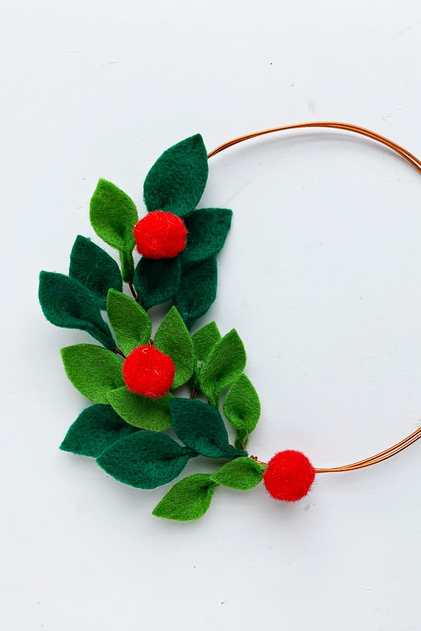 DIY Felt christmas wreath with holly berries