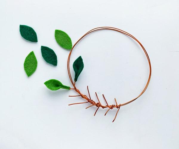 DIY Felt minimalist christmas wreath gluing the leaves