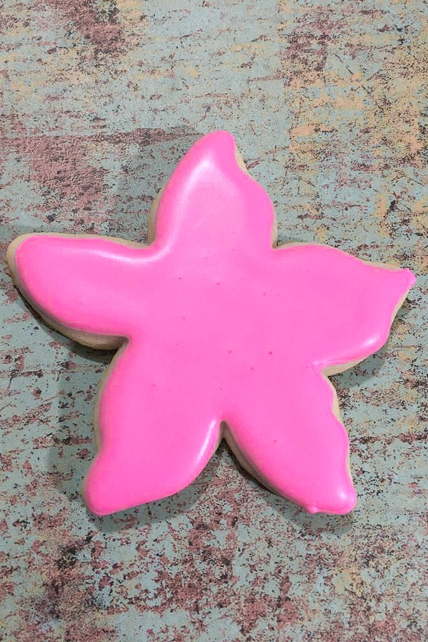 adding royal icing to starfish cookies