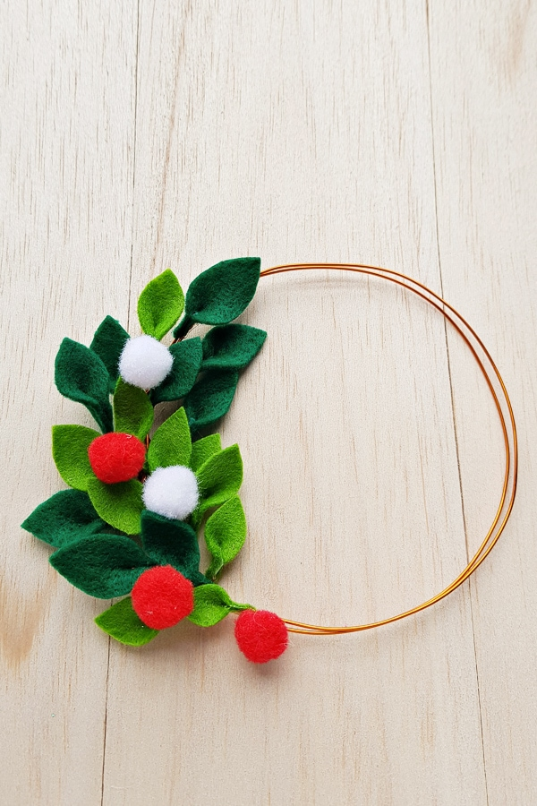 DIY minimalist felt wreath