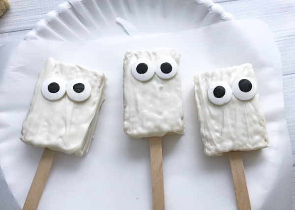 mummy rice krispie treats tutorial, putting eyes on treat