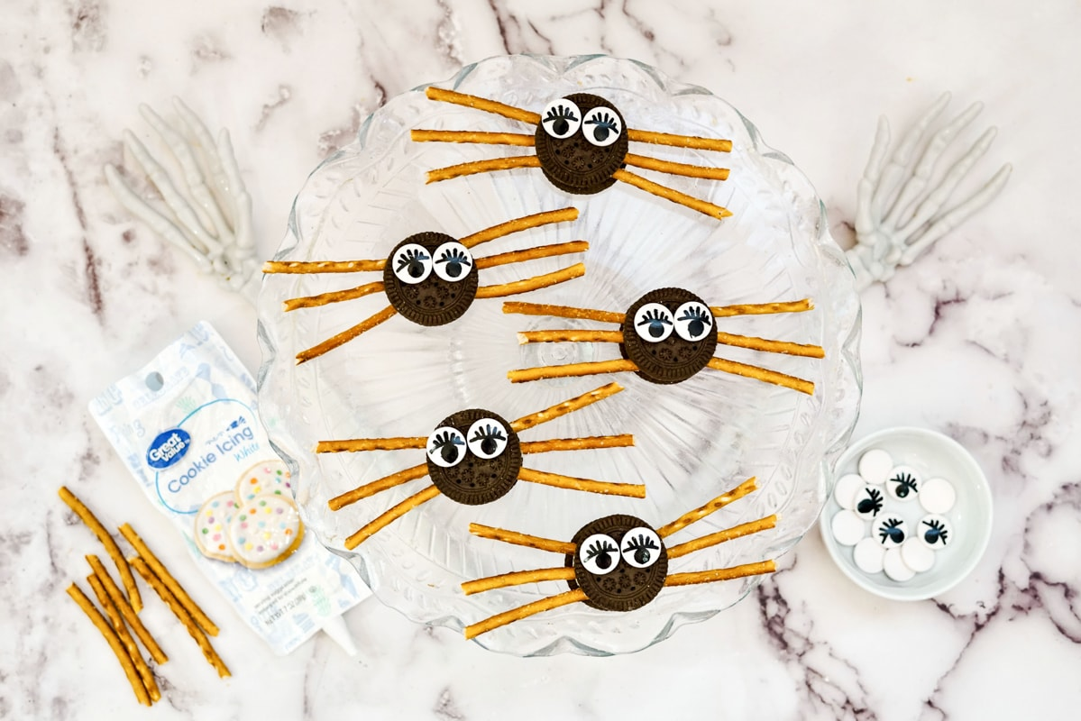 making oreo spider cookies with candy eyes