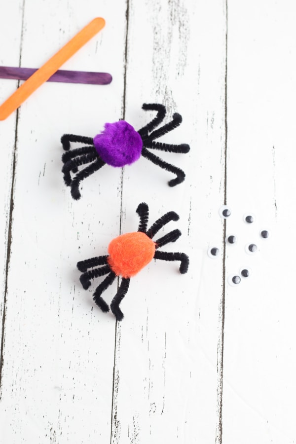 Paper plate spider craft puppets