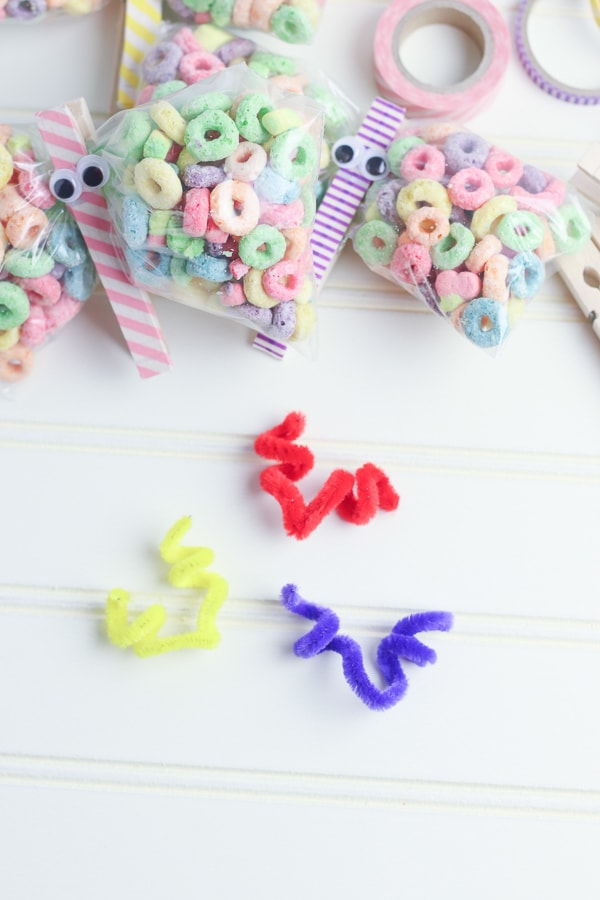pipe cleaner clothes pin snack bags